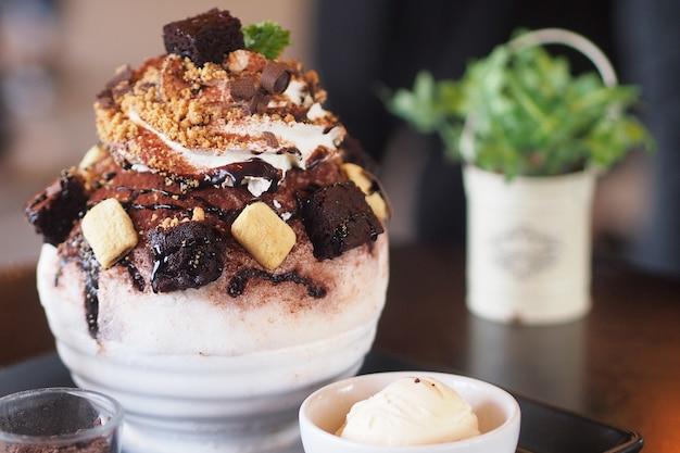 Close-up chocolate brownies bingsu gelo sobremesa coreano