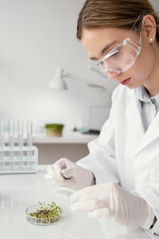 Close-up cientista em laboratoy