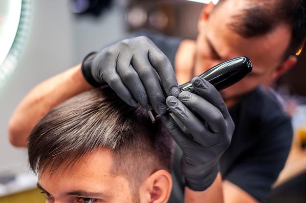 Close-up cliente recebendo um corte de cabelo