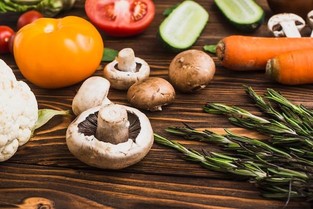 Close-up, cogumelos, e, alecrim, perto, legumes