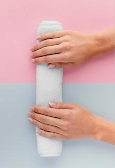 Close-up com as mãos na toalha