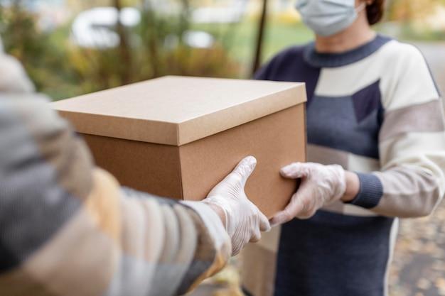 Close-up com as mãos segurando a caixa