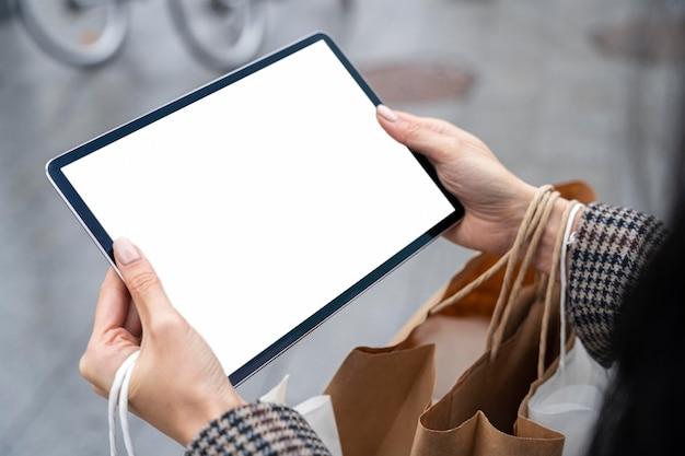 Close-up com as mãos segurando o tablet