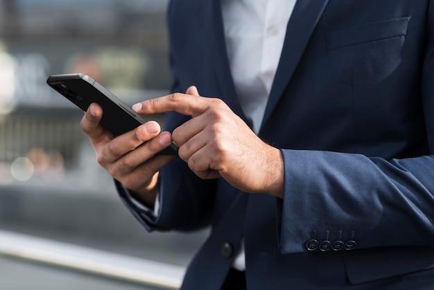 Close-up com as mãos segurando o telefone