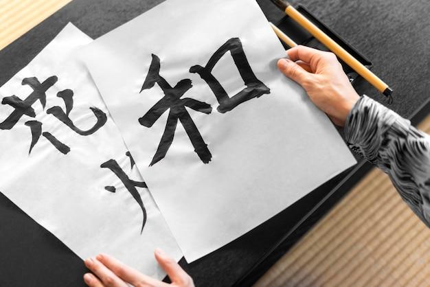Close-up com as mãos segurando um papel