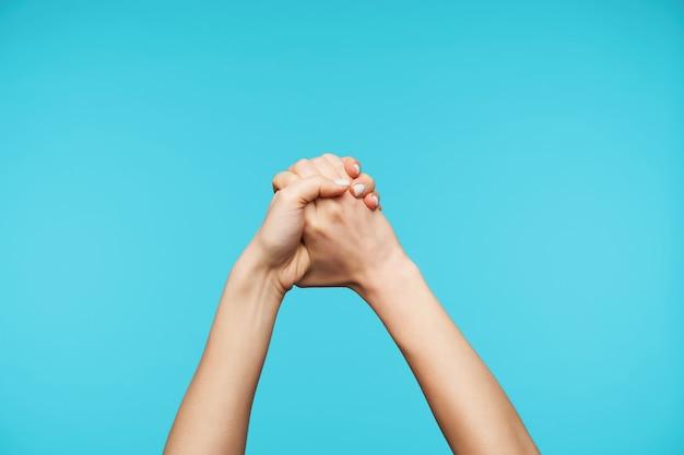 Close-up com as mãos unidas em nó isolado