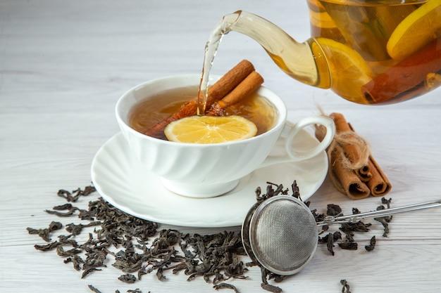 Close-up com chá de ervas em um recipiente de xícara