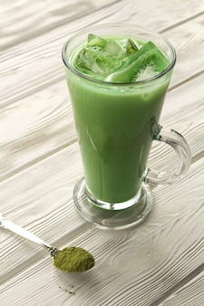 Close-up com chá matcha verde frio com gelo