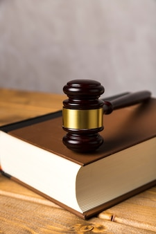 Close-up, com, juiz, gavel, ligado, um, livro