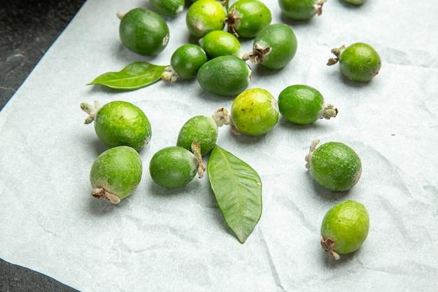 Close-up com pequena bomba de vitaminas frutas feijoas frescas