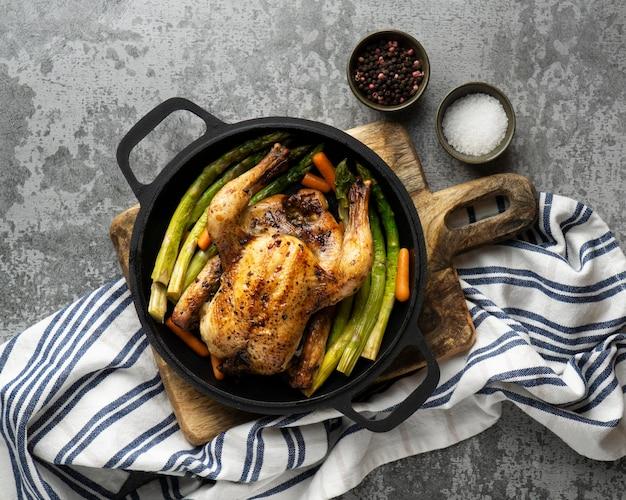 Close-up com refeição rica em proteínas de frango assado