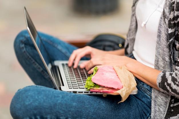 Close-up, com, sanduíche, e, laptop