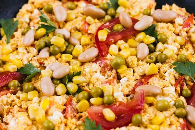 Close-up comida mexicana com grãos e feijão