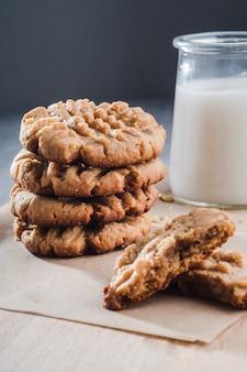 Close-up cookies caseiros em papel ofício