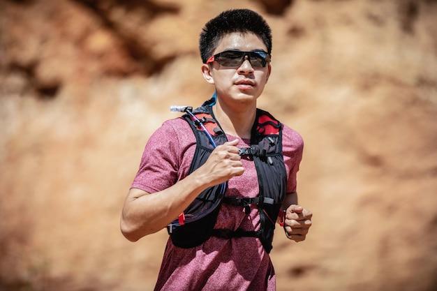 Close-up corredor de trilha correndo passar a montanha de pedra