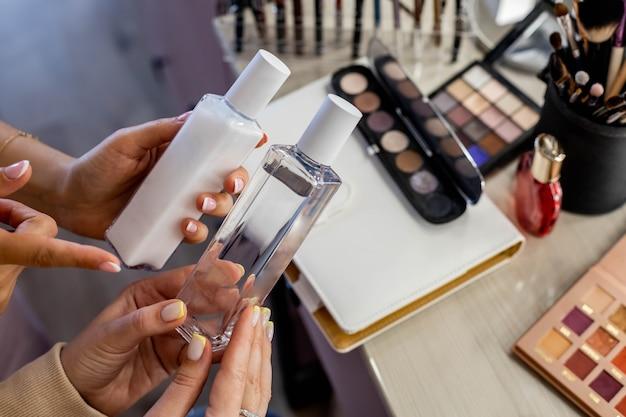Close-up cosmetologista consultando uma cliente do sexo feminino escolhendo loção micelar de água para limpar a pele