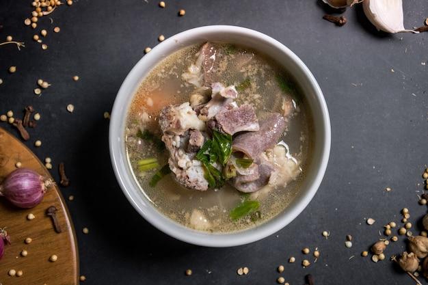 Close up cozinha tradicional indonésia sopa de cabra em fundo preto um dos menus do aqiqah