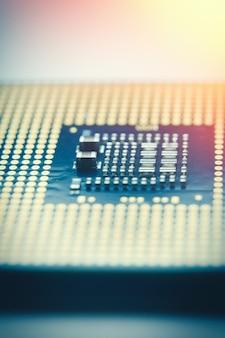 Close-up cpu - unidade central de processamento microchi. foco seletivo e reflexo de lente, foto tonificada.