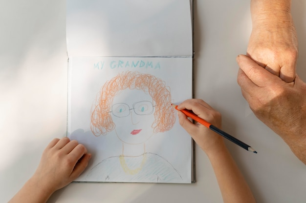 Close-up criança desenhando mulher