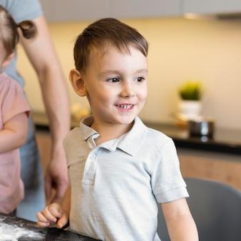 Close-up criança feliz na cozinha