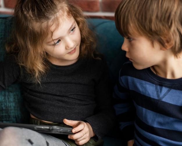 Close-up crianças com dispositivo