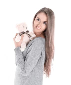 Close up.cute jovem mulher com brinquedo macio favorito. isolado em fundo branco