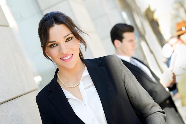 Close-up da alegre gerente com um grande sorriso fora do escritório