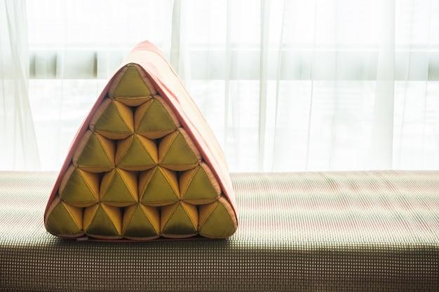 Close-up da almofada com cortinas brancas fundo