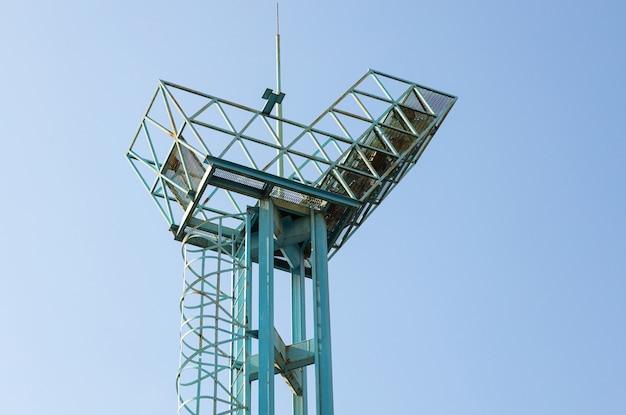 Close-up da antiga torre de vigia de metal contra o céu claro