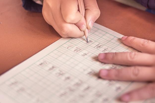 Close-up da aprendizagem do aluno para escrever