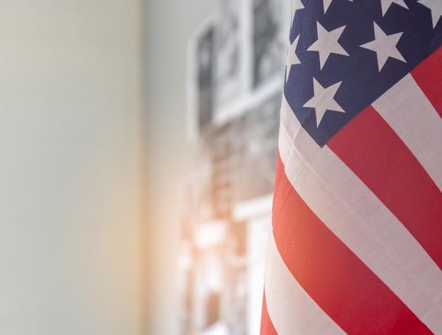 Close up da bandeira americana com cópia espaço e fundo desfocado