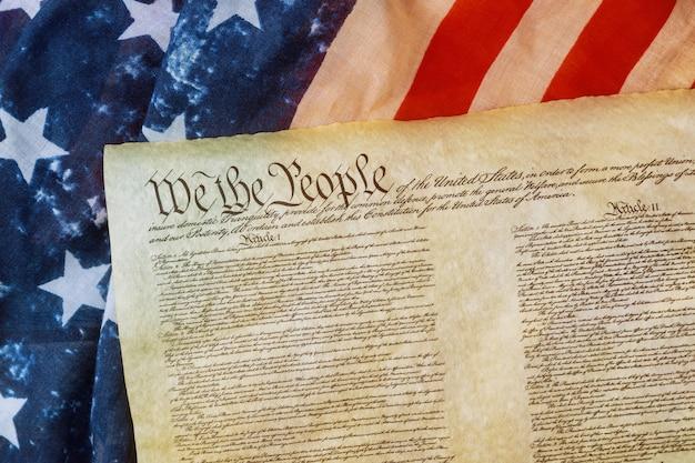 Close up da bandeira americana do grunge na declaração de direitos do povo