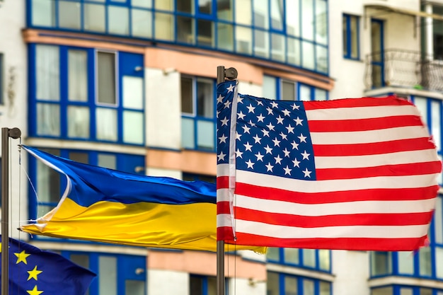 Close-up da bandeira dos eua contra o horizonte da cidade