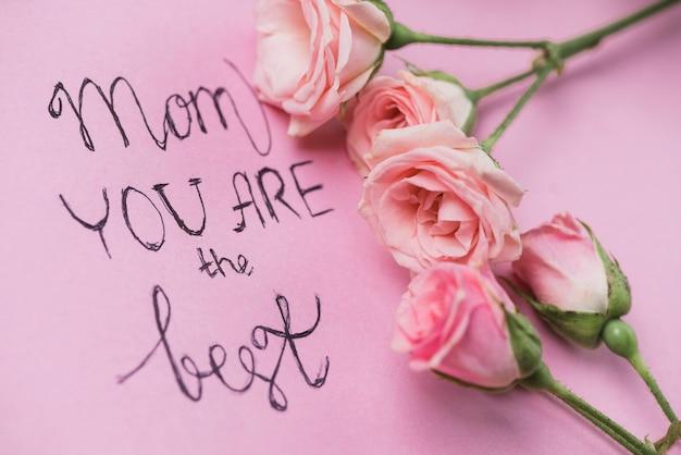 Close-up da bela mensagem e flores para o dia das mães