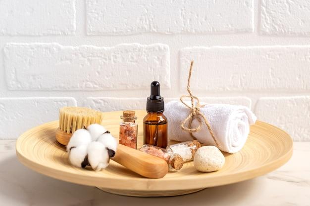 Close-up da beleza do banheiro em uma cesta de madeira em fundo branco. acessórios de persona em uma mesa.