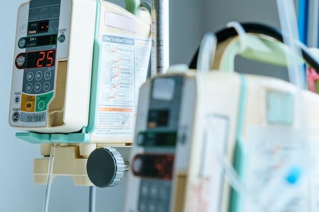 Close-up da bomba de infusão no hospital, cuidados médicos