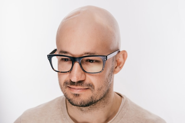 Close up da cabeça masculina careca após a operação de oncologia.