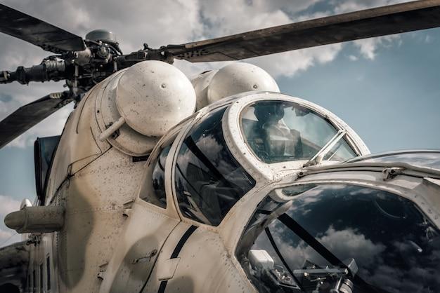 Close-up da cabine do helicóptero militar.
