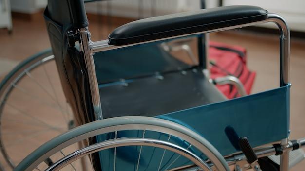 Close up da cadeira de rodas para assistência e suporte de transporte