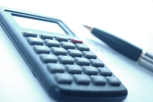 Close-up da calculadora ao lado de uma caneta