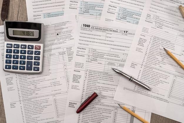 Close-up da calculadora no formulário fiscal 1040