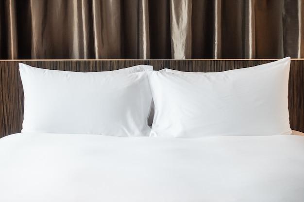 Close-up da cama com dois travesseiros