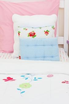 Close-up da cama de uma menina
