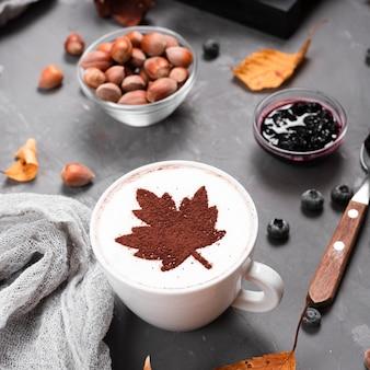 Close-up da caneca de café, geléia e castanhas