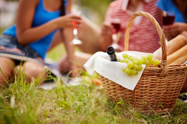 Close-up da cesta com uvas e vinho