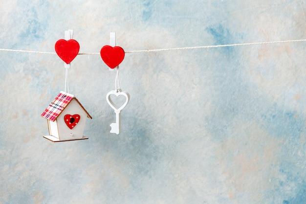 Close-up da chave de coração de madeira branca e símbolo doce lar