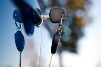 Close-up da chave do carro moderno na fechadura do carro