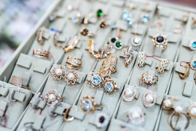 Close-up da coleção de joias de ouro na loja