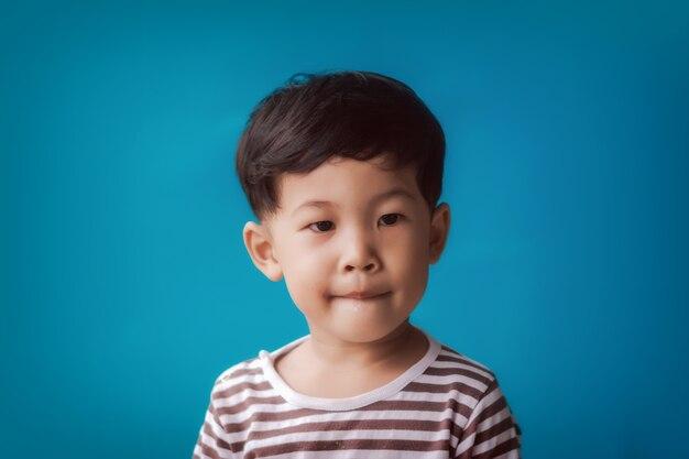 Close-up da criança contra o fundo azul.