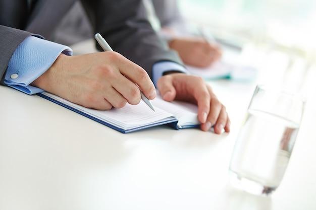 Close-up da escrita executivo com uma caneta